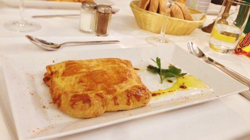 Die Vorspeise: Empanadas gefüllt mit Gemüse und Schafskäse